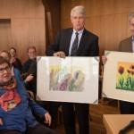 Dr. Dierk Mattik und Uwe Bär erhalten zum Abschied Bilder der DMSG-Malgruppe