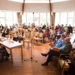Das Publikum verfolgt die Ausführungen anhand des Jahresberichts